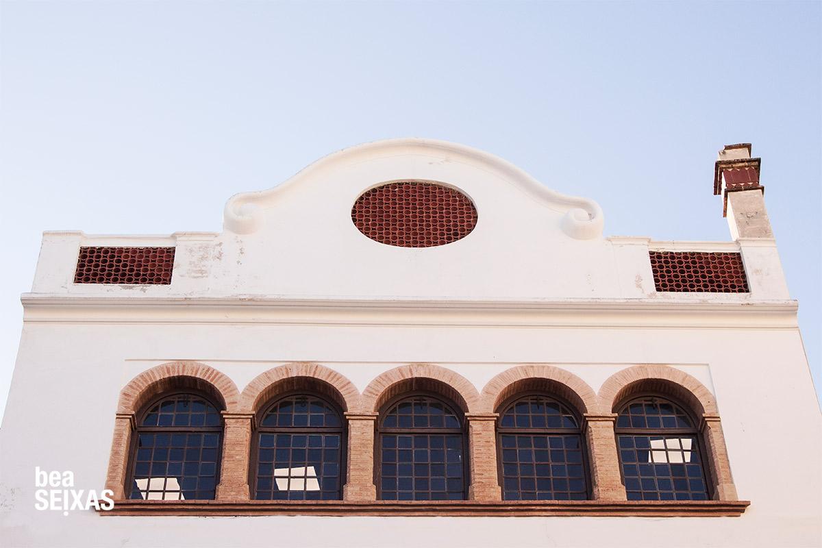 Fotografía callejera realizada por Bea López Seijas. Fotos de las calles de Sitges, población del Mediterráneo. Muestra fotografías de puertas, plantas, ventanas y edificios típicos
