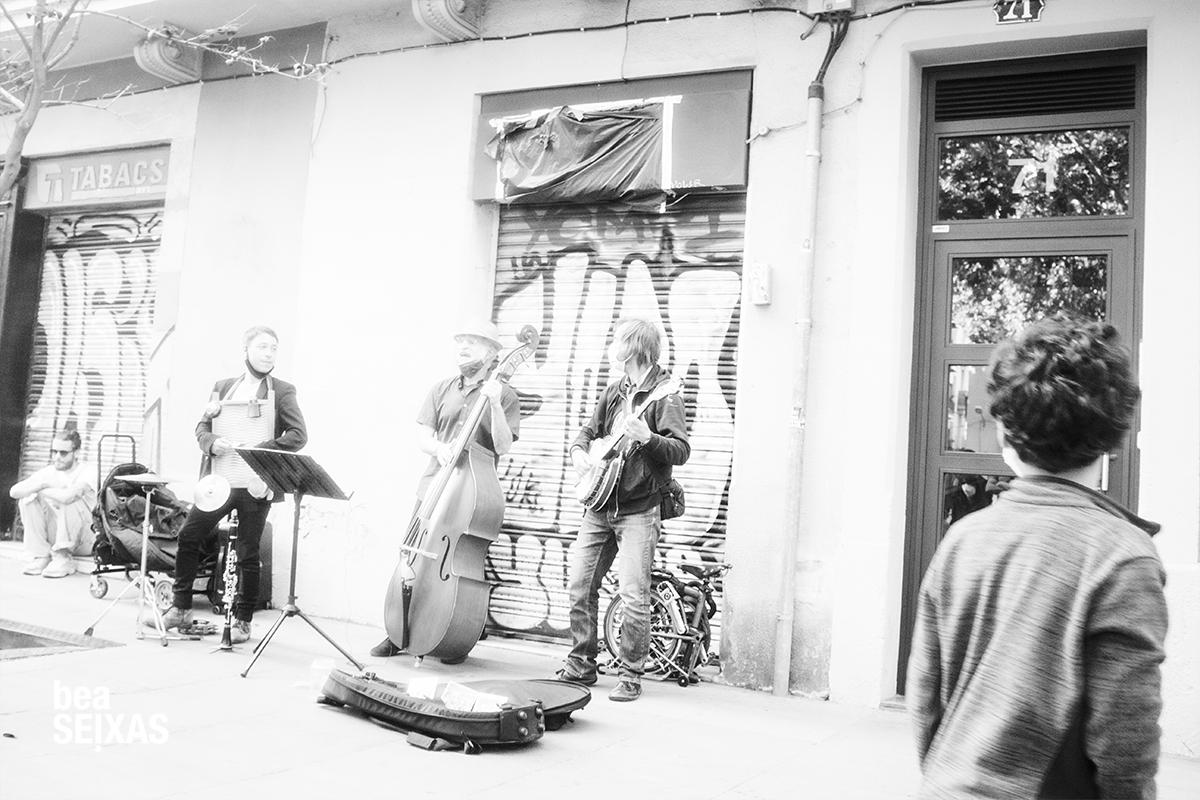 fotografia músicos callajeros en el barrio de gracia, en barcelona