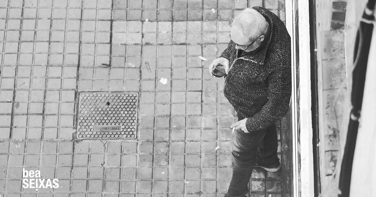 personas caminando por una calle del barrio de Gracia de Barcelona. Se protegen con mascarillas debido a la pandemia que se vive en ese momento provocada por el Covid.