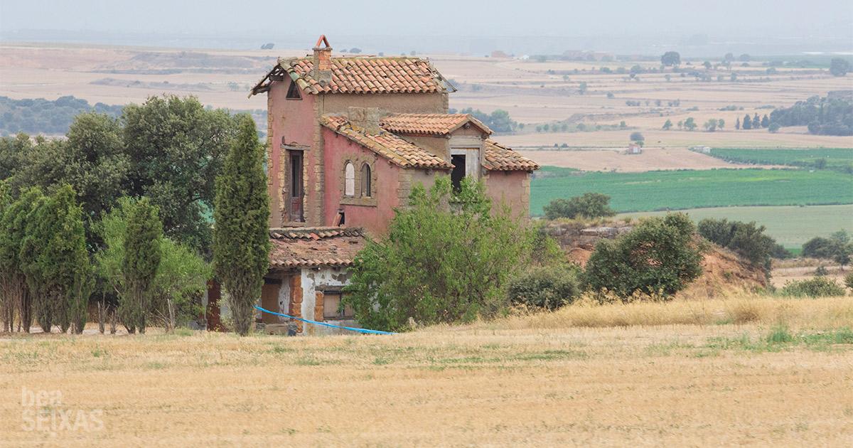 la industria rural en movimiento - road movie photography. fotografías realizadas por Bea Seixas en su paso por la provincia de Lleida. Casa en campo. Cataluña rural.