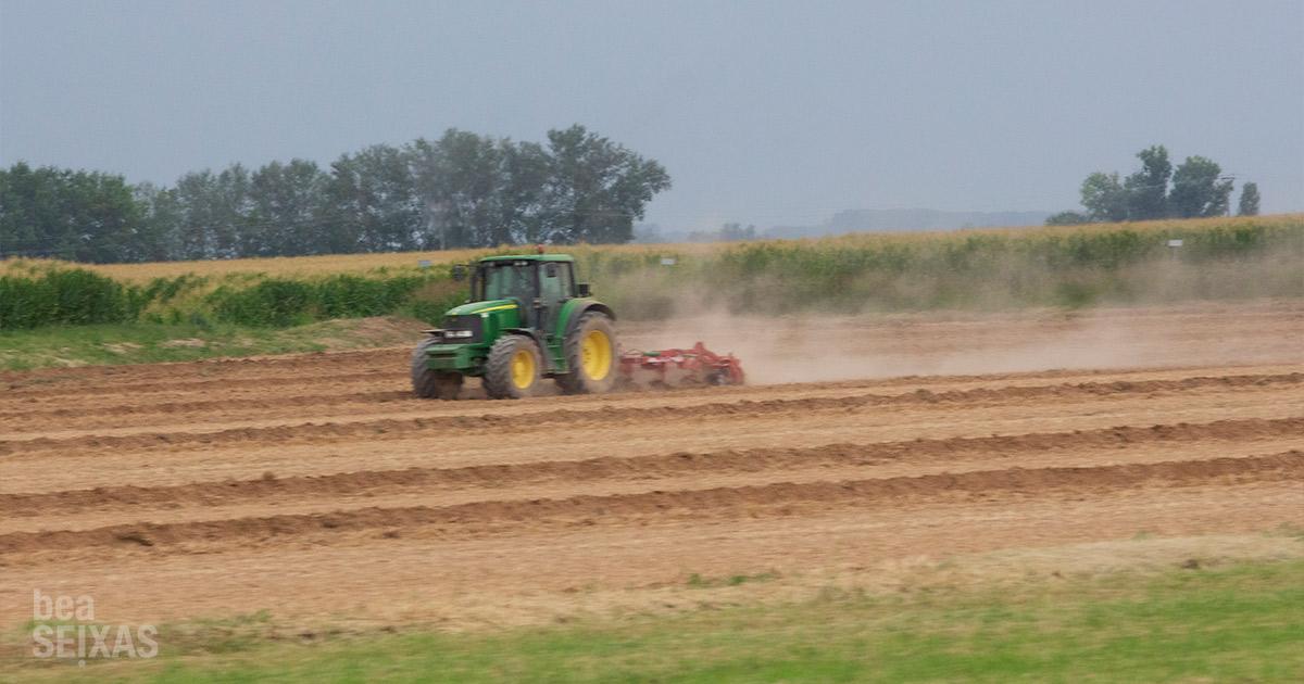 Tractores arando el campo. la industria rural en movimiento - road movie photography. fotografías realizadas por Bea Seixas en su paso por la provincia de Lleida.
