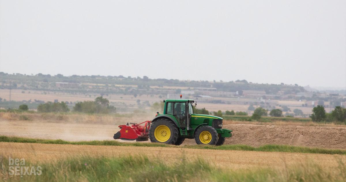 tractores trabajando en los campos de Lleida. Foto de Bea Seixas