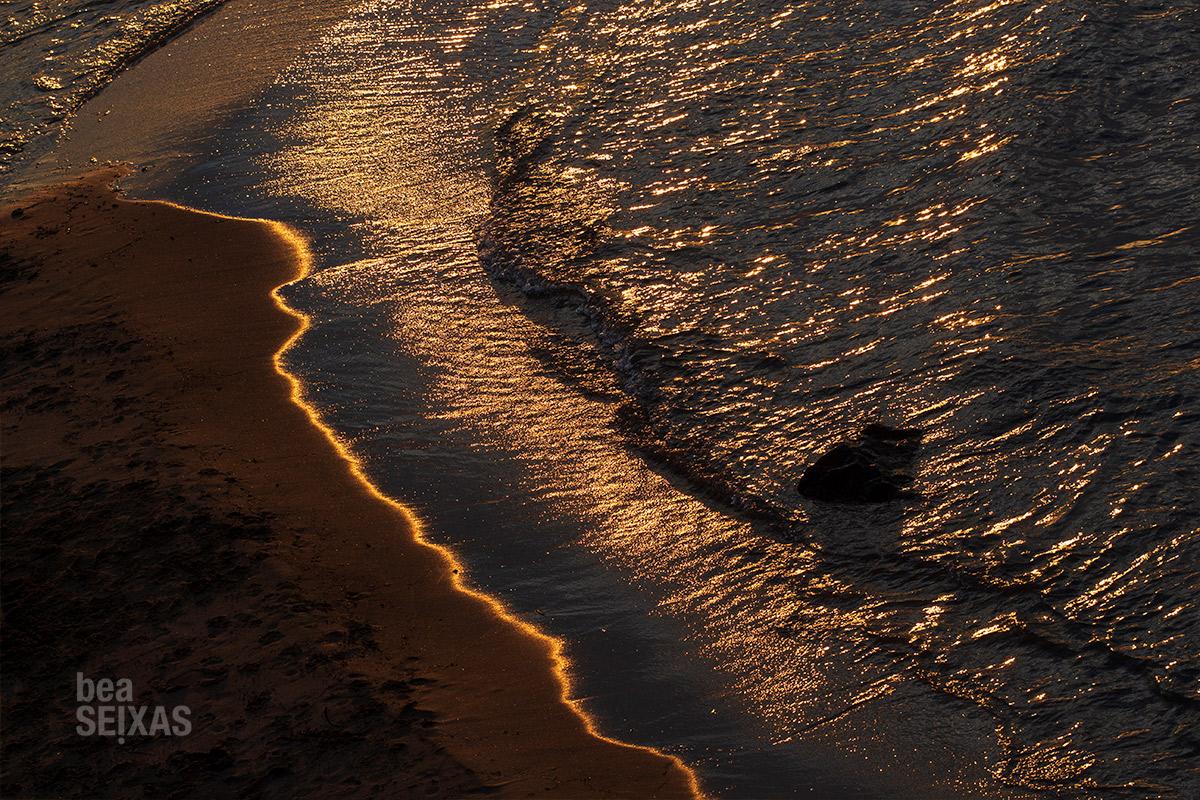Fotografía del atardecer en el Mediterráneo. La foto muestra la textura del mar dorado.